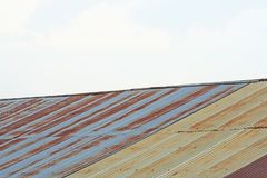Zinque o telhado e o céu imagem de stock royalty free