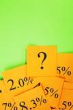 Zinsen-Hypothekenzinssätze und Fragen-orange Grün Stockbilder