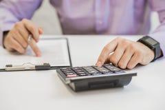 Zinssatzdokumente mit Taschenrechner Stockfoto