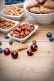 Zintegrowany - całkowy owocowy ciastko, ciastko i składniki domowej roboty, Fotografia Stock