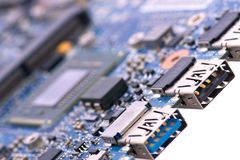Zintegrowany półprzewodnika mikroukład z mikroprocesorem na błękitnej obwód desce z USB portem zdjęcie stock