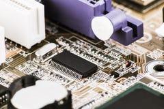 Zintegrowany półprzewodnika mikroukładu mikroprocesor na obwód deski przedstawicielu informatyka i branża high-tech obraz stock