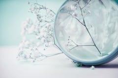 Ziołowa śmietanka w słoju z kwiatami, pastelowy kolor Obrazy Stock