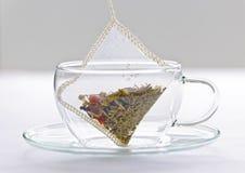 Ziołowa herbaciana torba w szklanej filiżance Fotografia Stock