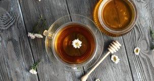 Ziołowa herbata i słój miód zbiory wideo