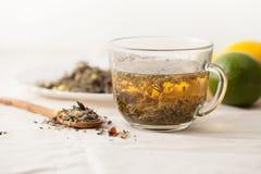 Ziołowa herbata od leczniczych ziele na białym stole Obraz Stock