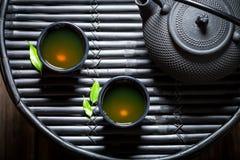 Ziołowa herbata w Azjatyckiej restauraci na czerń stole Obrazy Royalty Free