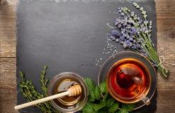 Ziołowa herbata w szklanej filiżance, miód zdjęcia stock