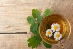 Ziołowa herbata z chamomile na starym drewnianym stole Odgórny widok Medycyny alternatywny Pojęcie Zdjęcie Royalty Free