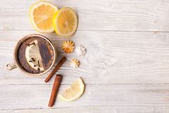 Ziołowa herbata z cytryną i cynamonem, kopii przestrzeń dla teksta Zdjęcia Stock