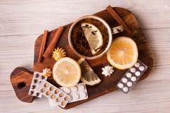 Ziołowa herbata z cytryną i pigułkami być pojęcia ręką opieki zdrowotnej pomoc opóźnioną pigułkę Zdjęcie Royalty Free