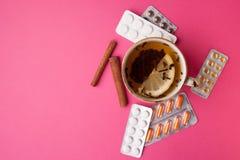 Ziołowa herbata z cytryną i pigułkami być pojęcia ręką opieki zdrowotnej pomoc opóźnioną pigułkę Obrazy Royalty Free