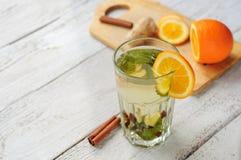Ziołowa herbata z pomarańcze i imbirem w szkle Zdjęcia Stock