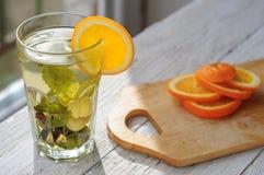 Ziołowa herbata z pomarańcze i imbirem w szkle Zdjęcie Royalty Free