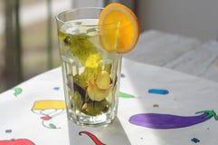 Ziołowa herbata z pomarańcze i imbirem w szkle Fotografia Stock