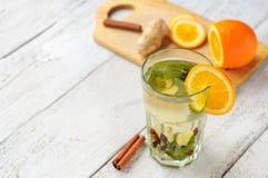 Ziołowa herbata z pomarańcze i imbirem w szkle Zdjęcia Royalty Free