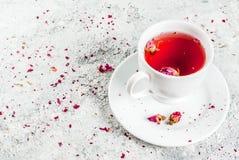Ziołowa herbata z wzrastał pączki Fotografia Stock