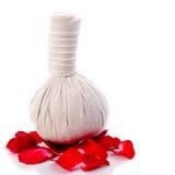 Ziołowa masaż piłka i czerwieni róża Obrazy Royalty Free