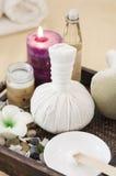 Ziołowa piłka dla masażu i zdrój śmietanki fotografia royalty free