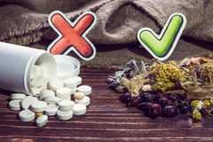 Ziołowe herbaty i leki z czek oceną Zdjęcie Royalty Free