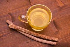 Ziołowej herbaty lukrecja wśrodku filiżanki na drewnie od above zdjęcie stock