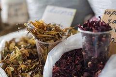 Ziołowej herbaty suchy lipowy na miejscowego rynku zdjęcia royalty free