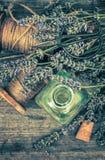 Ziołowi nafciani esenci i lawendy kwiaty wiązka rzeźbiący dekoraci winogron rocznik drewniany Zmiękcza Obrazy Royalty Free
