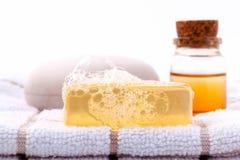 Ziołowy zdroju mydła bar na białym kąpielowym ręczniku z miodem odizolowywa obraz stock
