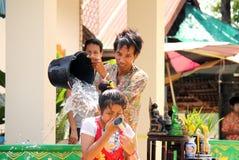 Zio e nipote che spruzzano nel festival di Songkran. fotografia stock libera da diritti