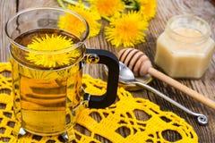 Ziołowa herbata i miód od dandelions na drewnianym tle Obraz Royalty Free