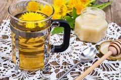 Ziołowa herbata i miód od dandelions na drewnianym tle Obrazy Royalty Free