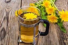 Ziołowa herbata i miód od dandelions na drewnianym tle Zdjęcia Stock