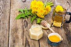 Ziołowa herbata i miód od dandelions na drewnianym tle Fotografia Stock