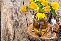 Ziołowa herbata i miód od dandelions na drewnianym tle Zdjęcia Royalty Free