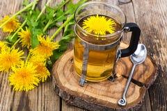 Ziołowa herbata i miód od dandelions na drewnianym tle Obraz Stock
