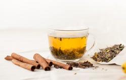 Ziołowa herbata z ziele z cynamonem i cloves Zdjęcie Royalty Free