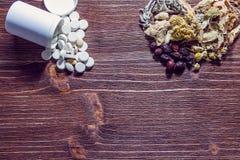 Ziołowe herbaty i leki na drewnianym stole Obraz Royalty Free