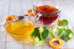 Ziołowej herbaty i bielu miód Zdjęcie Royalty Free