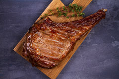 Ziobro oka wołowiny stek z macierzanką na ciapanie desce Obrazy Royalty Free