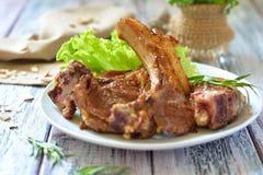 Ziobro piec na grillu z ziele na talerzu stół Fotografia Stock