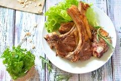 Ziobro piec na grillu z ziele na talerzu stół Zdjęcia Stock