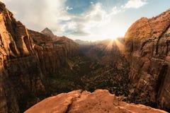 Zion National Park é um dos parques os mais bonitos nos E.U., Utá A garganta negligencia a fuga oferece vistas bonitas, nasceres  fotografia de stock royalty free