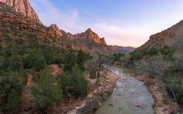 Zion National Park-Flussfluß in Sonnenuntergang Lizenzfreies Stockbild