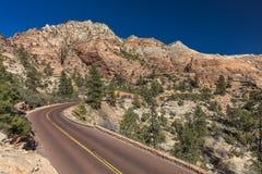 Zion park narodowy - Żółta linia dzieli Utah stanu autostrady thro Obraz Royalty Free