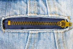 Zip d'ottone sul rivestimento dei jeans Immagini Stock