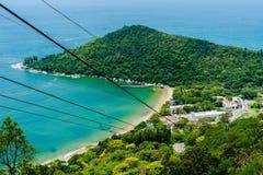 Zipline alla spiaggia, vista della spiaggia, montagne, natura fotografia stock