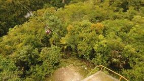 Zipline da atração na selva Bohol, Filipinas vídeos de arquivo
