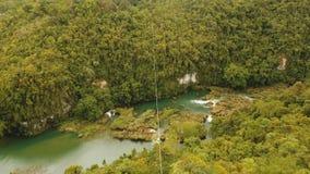 Zipline de la atracción en la selva Bohol, Filipinas almacen de metraje de vídeo