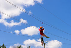 ziplining两个的人 免版税库存照片