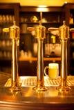 Zipolo della birra dell'oro alla fabbrica di birra Fotografie Stock Libere da Diritti